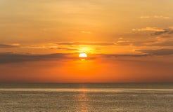 Solnedgånghimmel med guld- färg Arkivbilder