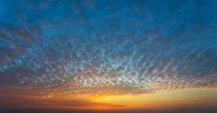 Solnedgånghimmel med omfångsrika moln royaltyfria foton