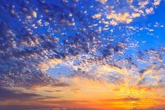 Solnedgånghimmel med prickiga moln royaltyfria bilder