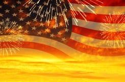 Solnedgånghimmel med USA-flaggan och fyrverkerier Arkivfoto