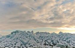 Solnedgånghimmel och bruten is Arkivfoton