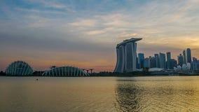 Solnedgånghimmel och ljusen av skyskrapor i Singapore Tid schackningsperiod stock video