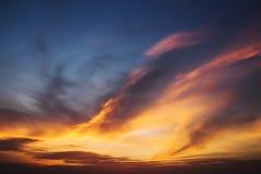 Solnedgånghimmel och moln för dramatisk skymning färgrik Royaltyfria Bilder