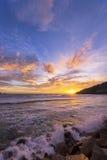 Solnedgånghimmel och tropiskt hav Arkivbild