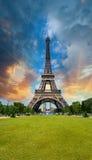 Solnedgånghimmel ovanför Eiffeltorn - Paris. La turnerar Eiffel från mästare Royaltyfri Fotografi