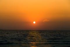 Solnedgånghimmel på den pattaya stranden Royaltyfria Bilder