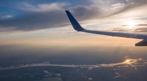 Solnedgånghimmel på flygplanet, plant fönster, över Kiev ukraine fotografering för bildbyråer