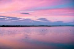 Solnedgånghimmel reflekterade i en sjö, Kalifornien Royaltyfri Bild