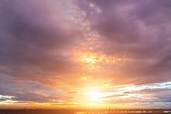Solnedgånghimmelbakgrund Arkivfoto