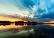 Solnedgånghimmelreflexion på floden Arkivfoton