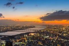 Solnedgånghorisont över i stadens centrum flyg- sikt för Osaka stad Royaltyfria Foton