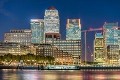 Solnedgånghorisont av Canary Wharf, London reflexioner royaltyfri bild