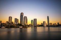 Solnedgånghorisont av Gold Coast som är i stadens centrum i Queensland, Australien arkivbild