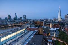 Solnedgånghorisont av staden av London och Thames River, England Arkivbild