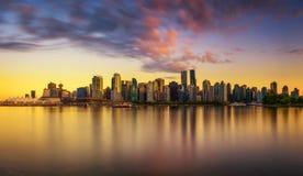 Solnedgånghorisont av Vancouver som är i stadens centrum från Stanley Park Royaltyfria Foton