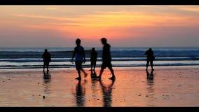 Solnedgångjägare på stranden arkivfilmer