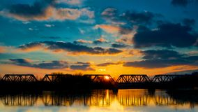 Solnedgångjärnväg överbryggar royaltyfri fotografi