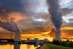 Solnedgångkärnkraftverk royaltyfria bilder