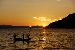Solnedgångkanot sjö Malawi fotografering för bildbyråer