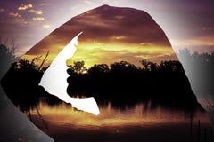 Solnedgångkontur av ung flickasidoprofilen arkivbild