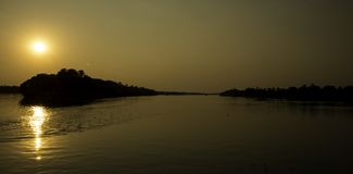 Solnedgångkryssning i Zambezi River, Zimbabwe, Afrika Royaltyfri Bild