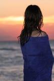 solnedgångkvinna arkivfoto
