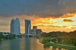 Solnedgånglandacapelandskap på Putrajaya, Malaysia med vattenreflexion på vattenyttersidan Arkivbilder