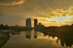 Solnedgånglandacapelandskap på Putrajaya, Malaysia med vattenreflexion på vattenyttersidan Royaltyfria Foton