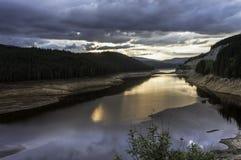 Solnedgånglandskap över bergsjön Arkivfoton