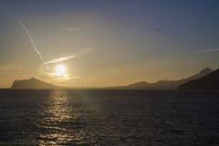 Solnedgånglandskap av Benidorm och toppiga bergskedjan Helada Arkivfoto