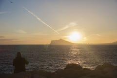 Solnedgånglandskap av Benidorm och toppiga bergskedjan Helada Royaltyfria Bilder