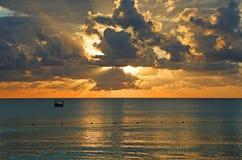 Solnedgånglandskap på det karibiska havet Royaltyfria Foton