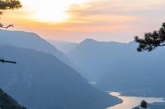 solnedgånglandskap, sjö och berg Royaltyfria Foton