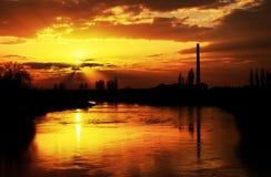 Solnedgångljus över den Mures floden Arkivfoton