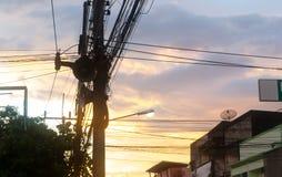 Solnedgångljus i tappningstad royaltyfri bild