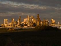 Solnedgångljus på industrieväxten Arkivbild