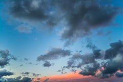 Solnedgångmoln Moln för blå himmel och apelsin Royaltyfri Bild