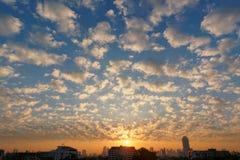 Solnedgångmolnlandskap arkivfoto