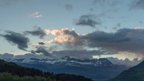 Solnedgångmolnrörelse i fjällängbergen Time-schackningsperiod arkivfilmer