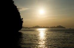 Solnedgångmummel skäller länge royaltyfria foton