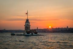 Solnedgångower Bosphorus i Istanbul, Turkiet Madens torn Fotografering för Bildbyråer