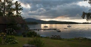 Solnedgångpanorama på den sceniska sjön Royaltyfri Foto