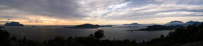 Solnedgångpanoramasikt till Alesund från den Fjellstua synvinkeln, Norge Arkivbilder
