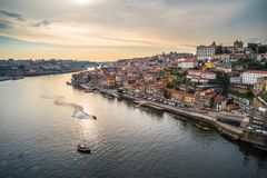 Solnedgångpanoramautsikt av Porto strand, Portugal arkivbilder