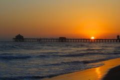 SolnedgångpirHuntington Beach Kalifornien Royaltyfri Fotografi