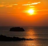 Solnedgångplats med ön i förgrund Royaltyfri Foto