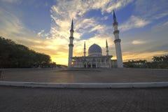 Solnedgångplats med arkitekturkonst av schah Alam Mosque arkivbild