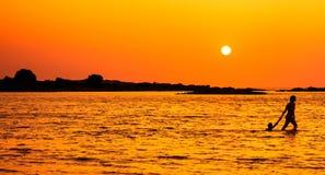 Solnedgångpromenad Royaltyfria Bilder