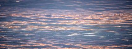 Solnedgångreflexion i havet Arkivfoto