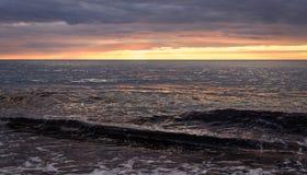 Solnedgångreflexion i havet Arkivbild